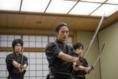 Photo Samurai training in a traditional dojo in Tokyo