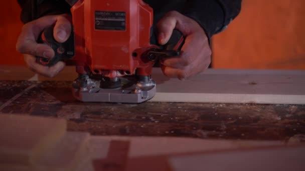 Truhlář zpracovává součástku s frézou Pomalý motoin