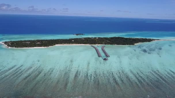 Drón repül a sziget körül az Indiai-óceánon, kilátással egy másik szigetre 4K