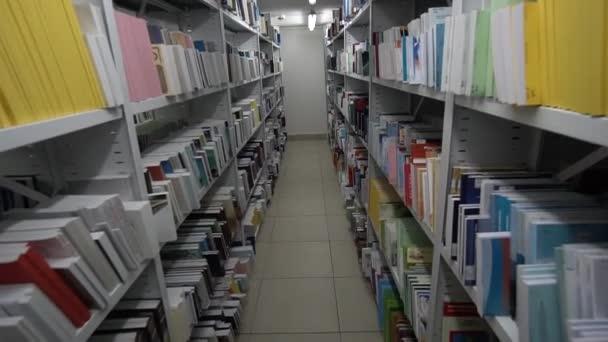 Pokoj snů v knihovně pro studenty se spoustou knih