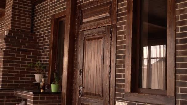 Komfortní pokoj s dveřmi a okny ze dřeva a krbu ve 4K