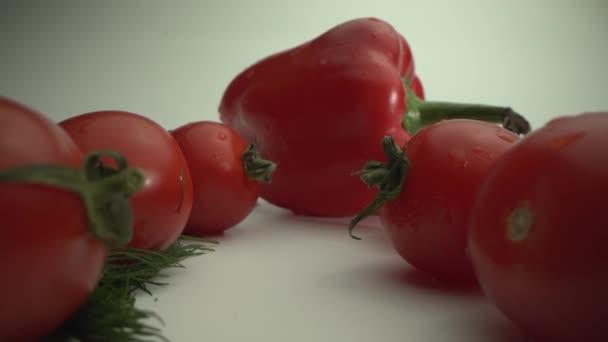 Die Kamera bewegt sich an Tomaten, Käse und Kräutern vorbei zu einem leckeren Hamburger. Frische Lebensmittel