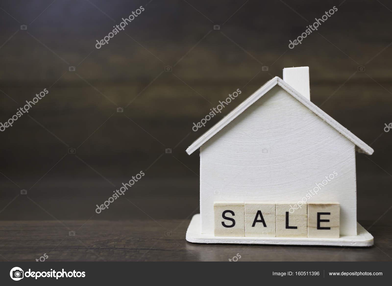 Houtblokken In Huis : Huis model met verkoop woord op houtblokken u stockfoto