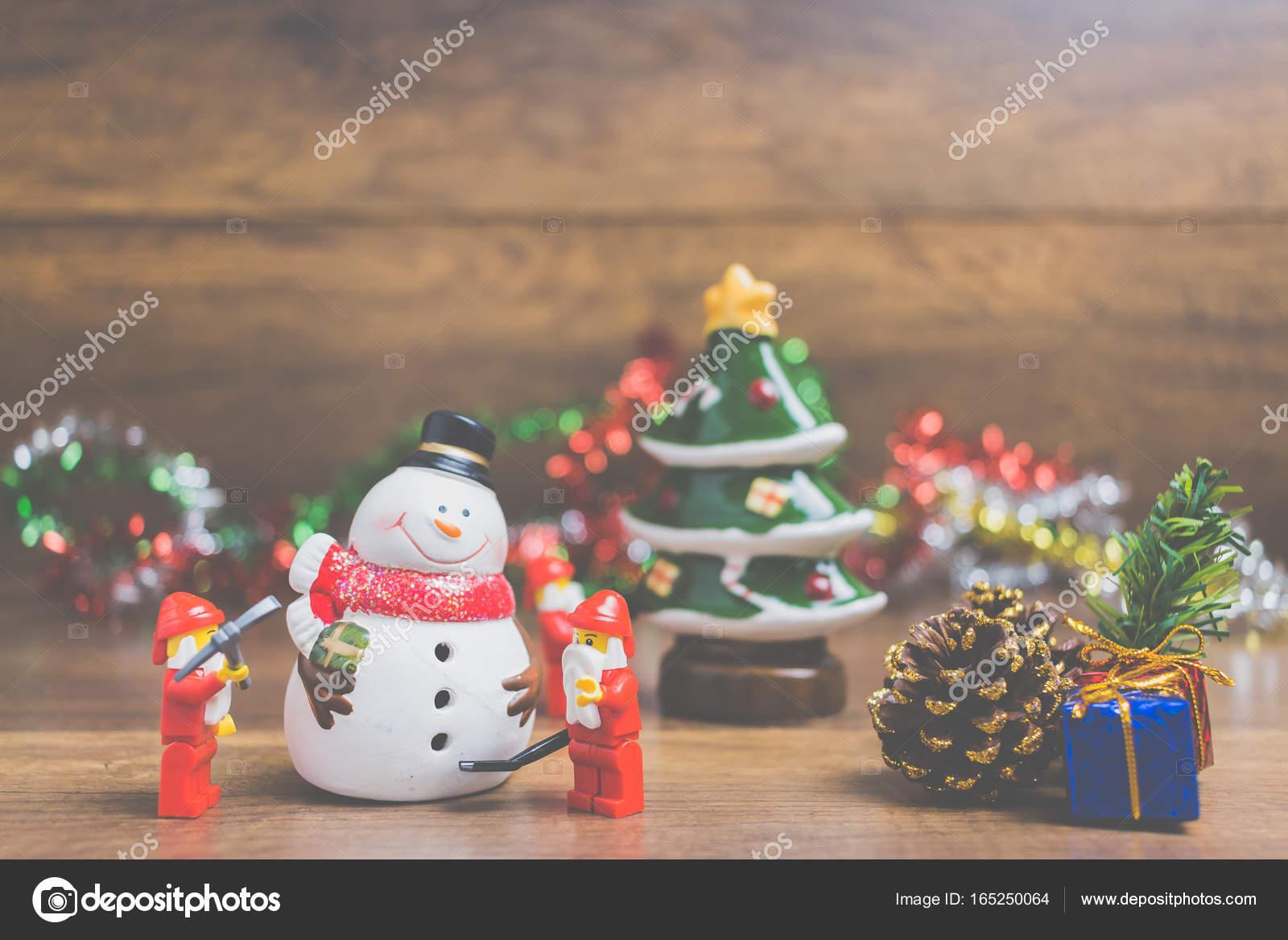 Santa Claus LEGO Minifigur mit Weihnachtsszene auf hölzernen ...