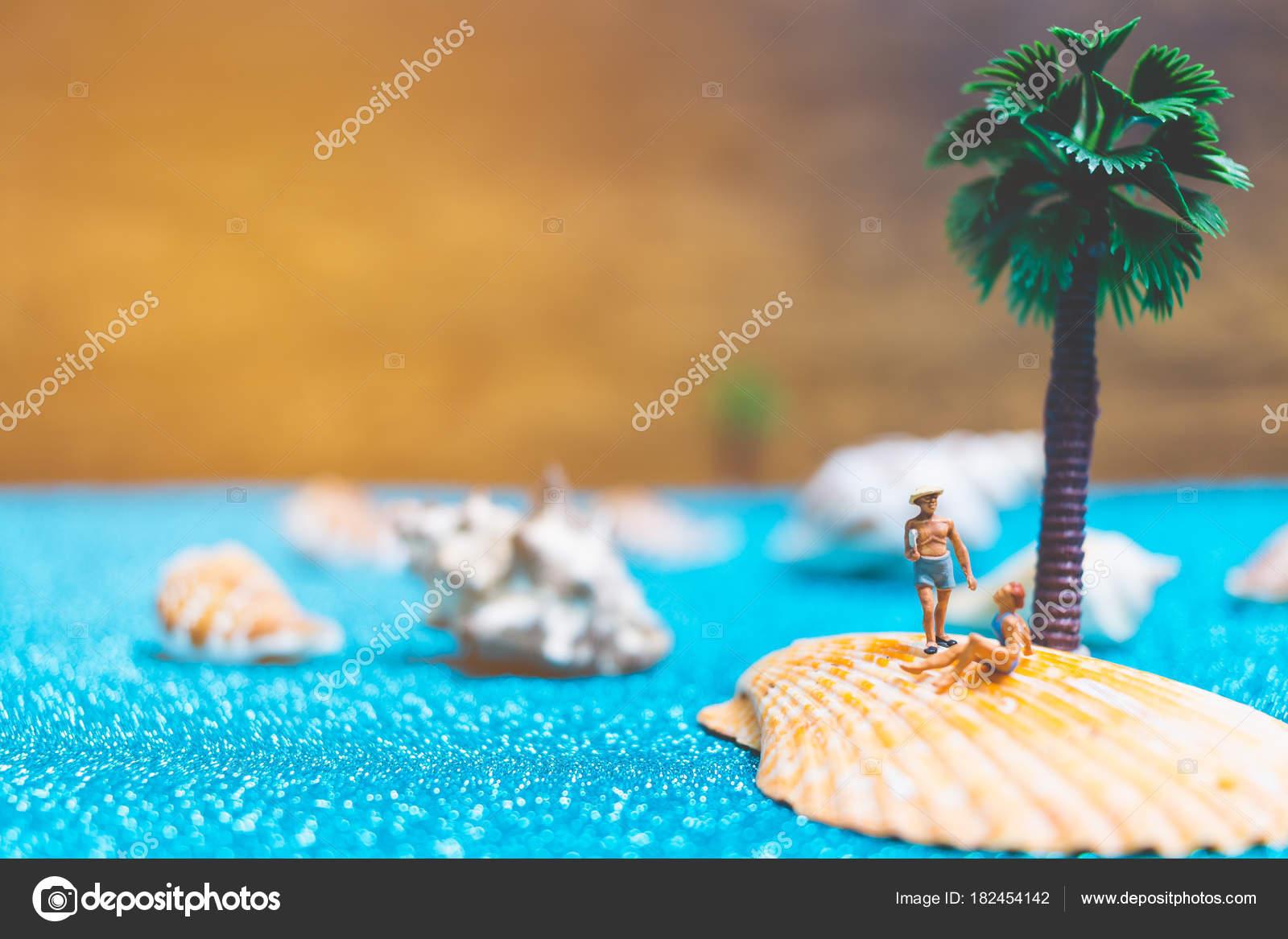 Costume Da Bagno Conchiglia : Persone in miniatura indossando il costume da bagno rilassante su