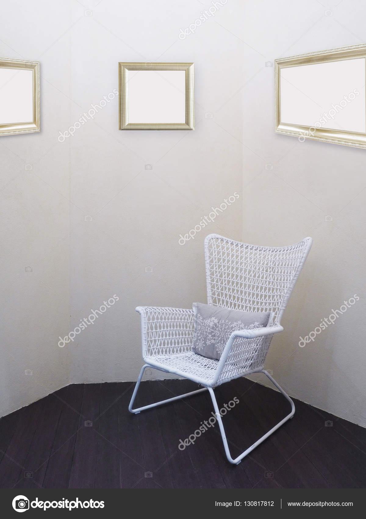 Chaise vintage blanche avec oreiller au coin de la pièce ...
