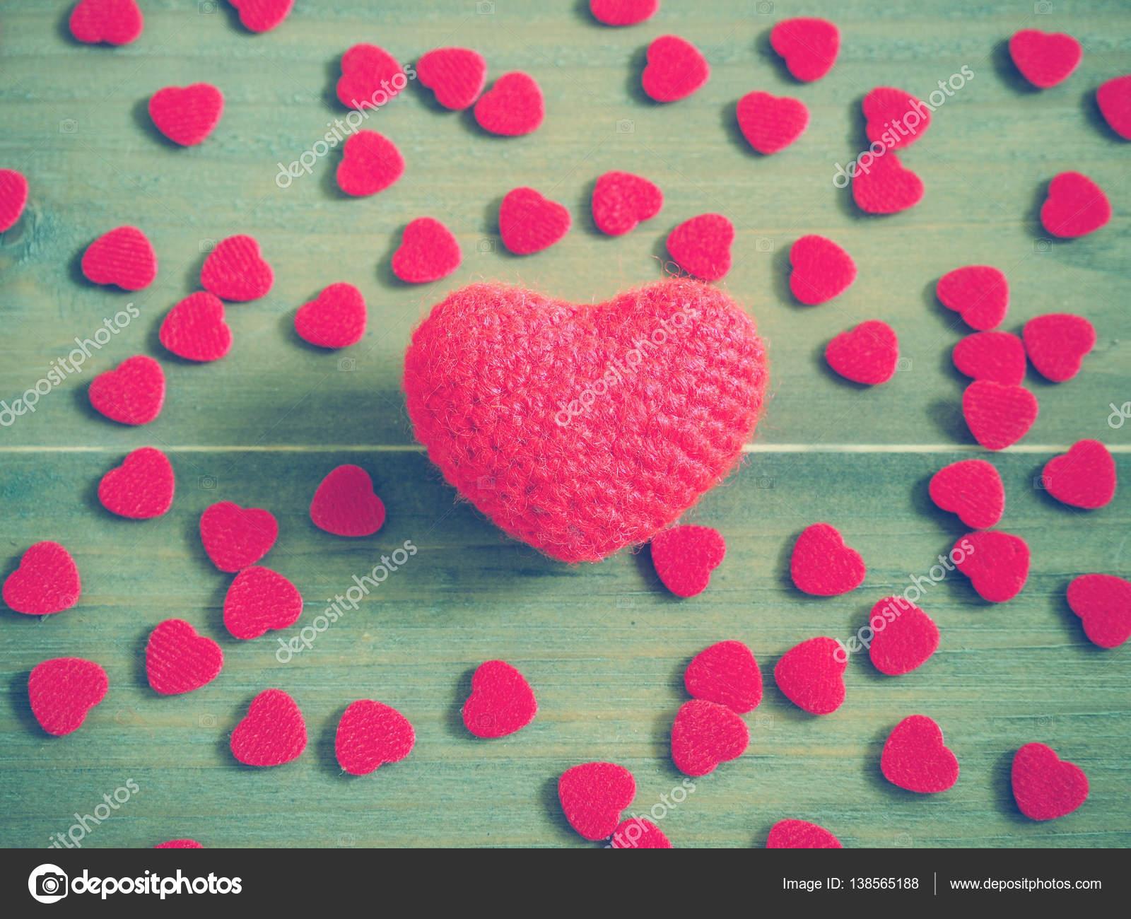 Häkeln Sie Stricken Rotes Herz Auf Hölzernen Hintergrund Stockfoto