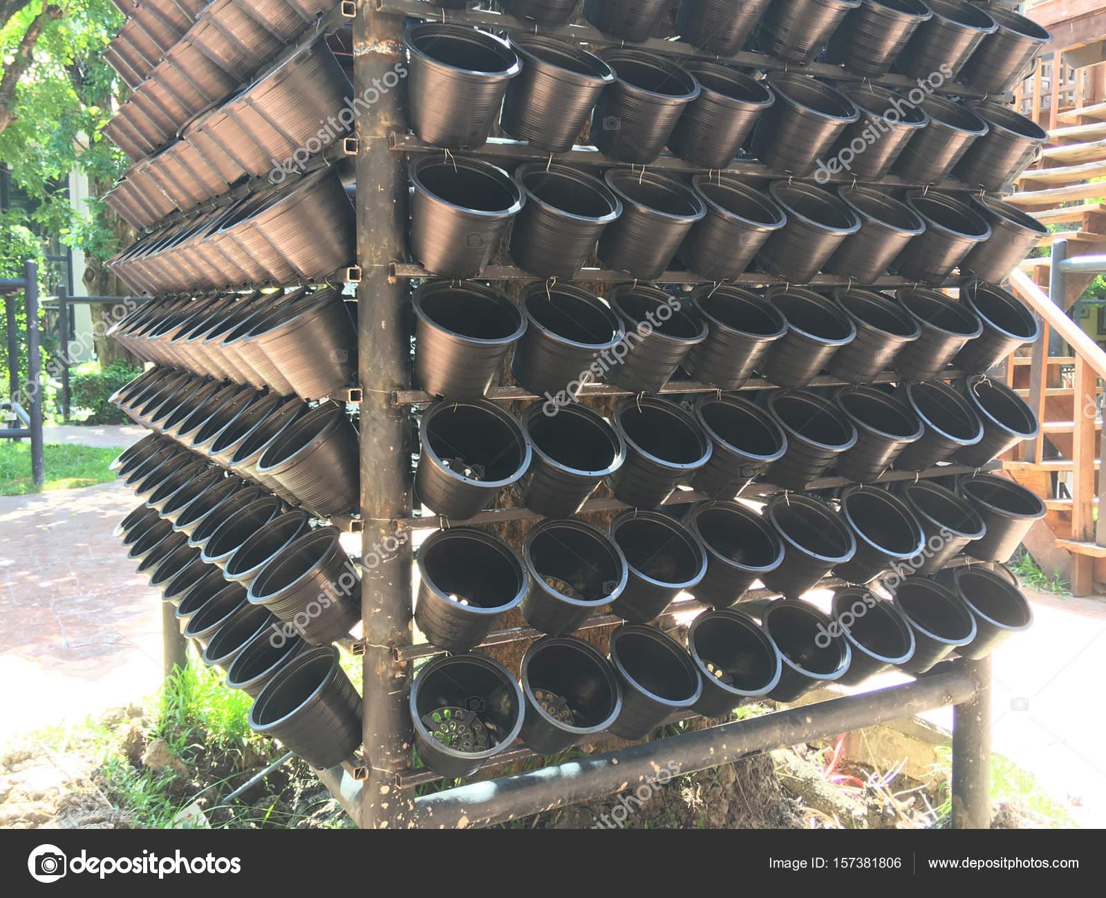 Czarne Plastikowe Doniczki Na Pionowej Ogrodnictwie