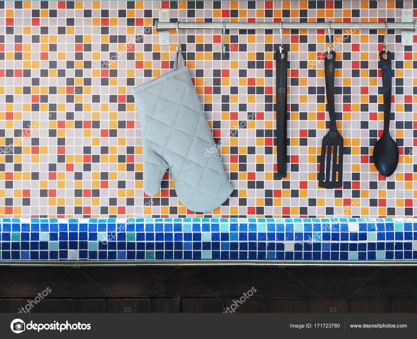 utensili da cucina appeso sopra colorato mosaico piastrelle di ...