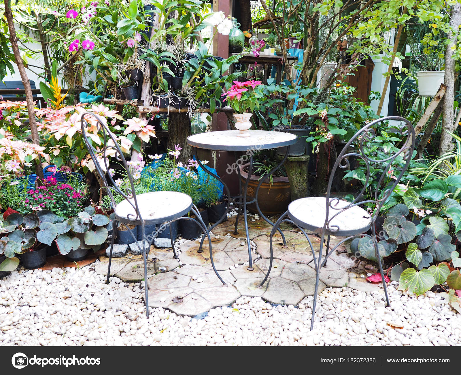 Metal muebles al aire libre en jardín tropical — Fotos de Stock © P ...