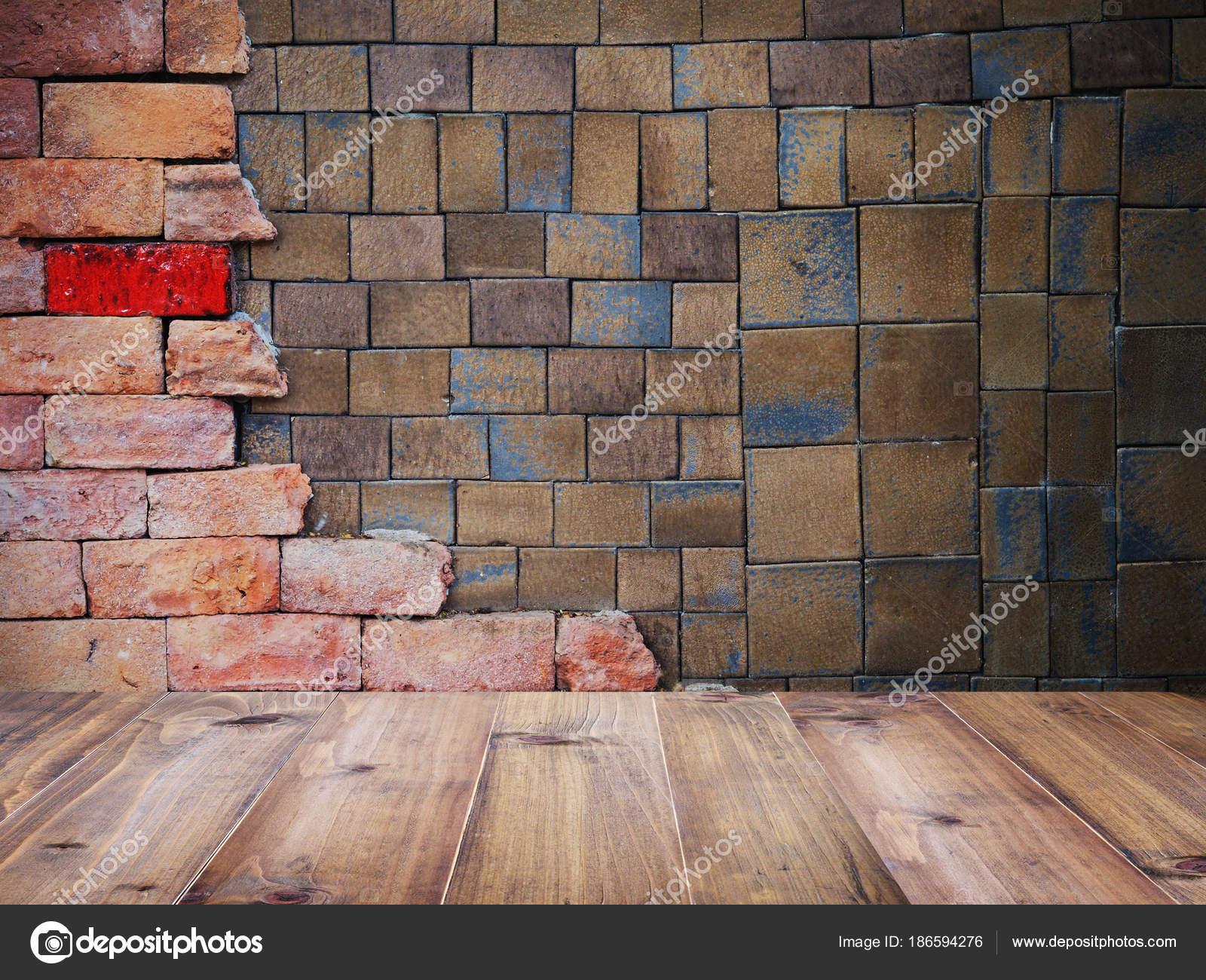 Legno tavolo quadrato argilla piastrelle e mattoni parete modello