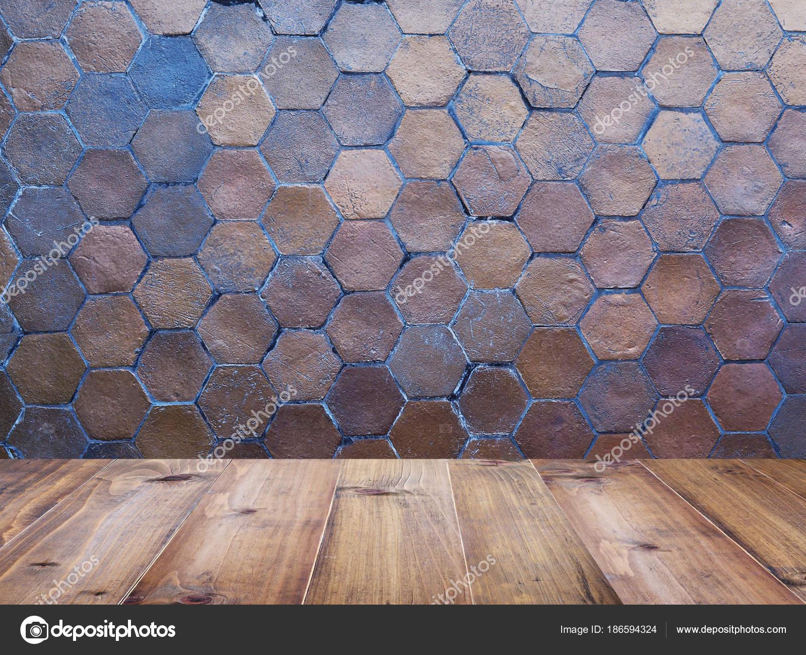 Tavolo in legno superiore sopra esagono argilla rivestimenti u2014 foto
