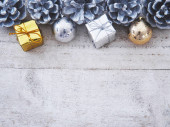 Vánoční ozdoby s tradičními ozdobami na bílé vintě