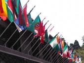 Vlajka různých zemí vlající ve větru na budově