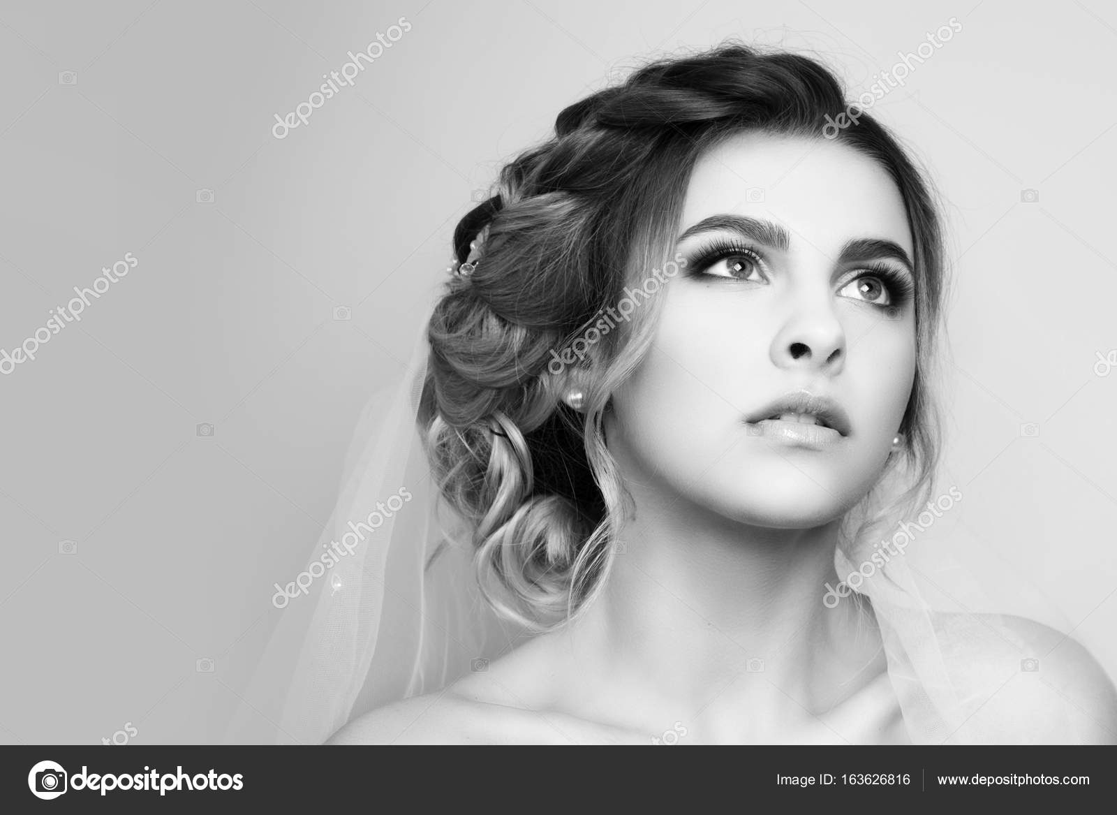 Beautiful young woman bride with wedding hairstyle. — Stock Photo ...