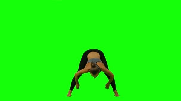 Sportovní žena dělá jógu. Zelená obrazovka