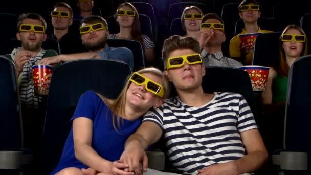Pár moziban látott egy filmet a 3D-s szemüveg