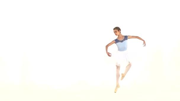 junge schöne Tänzerin posiert auf einem Studio. Zeitlupe