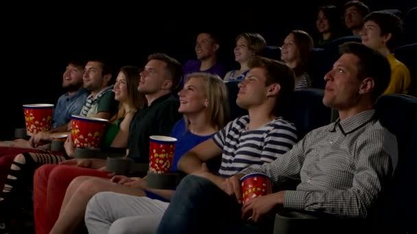 Kino, Unterhaltung und Menschen - glückliche Freunde beim Kinobesuch