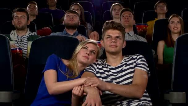 Paar im Kino beim Kinobesuch und beim Küssen