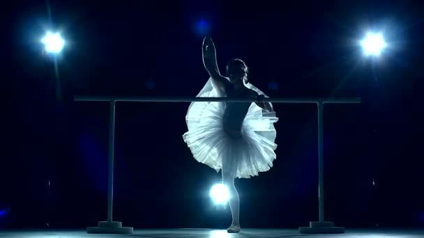 Balett-táncos a koreográfiai képzés gép közelében. lassú mozgás
