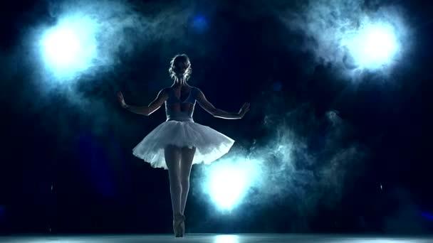 Ballerina, die eine Training im Klassenzimmer auf blau zu tun. Slow-motion