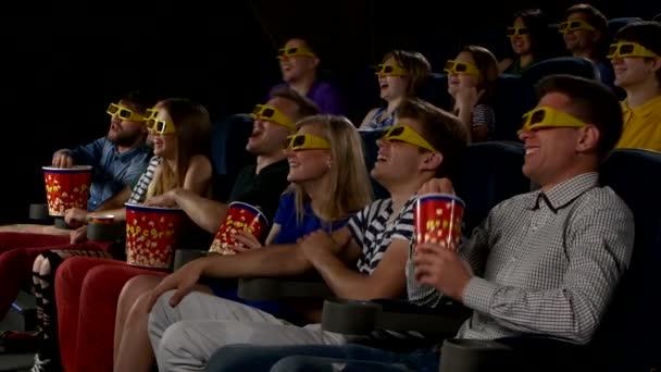 Jugendliche schauen Filme im Kino: Komödie in 3D