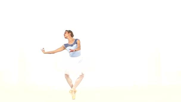 junge schöne Tänzerin posiert auf einem Studio, Zeitlupe