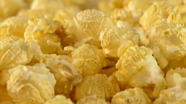 Pattogatott kukorica, háttér sárga, közelkép, forgatás
