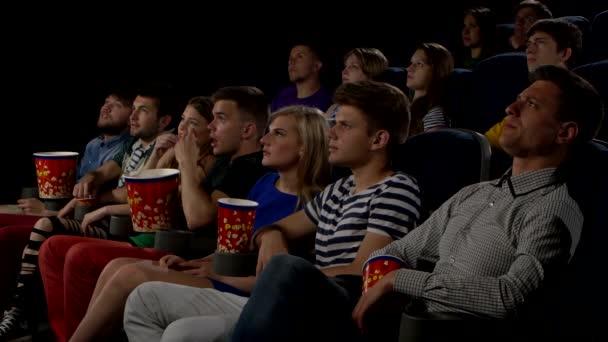 Junge Leute sehen Filme im Kino: Horror