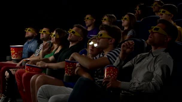 Jugendliche sehen Filme im Kino: Horror in 3D