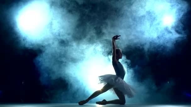 balerina csinál egy edzés, a kék, lassú mozgás