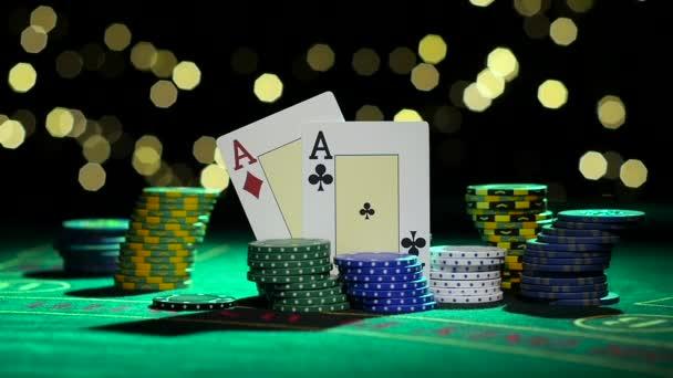 Combinazione di poker. Coppia dassi. Chip di mazza che cadono su un tavolo. Chiuda in su. Slow motion