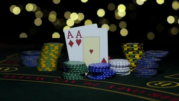 Poker gioco dazzardo. Fiches da poker e due assi. Chiuda in su. Slow motion