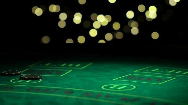Mnoho pokerové žetony na zelené kasino tabulky, hráč vyhrát super cenu. Zblízka. Zpomalený pohyb