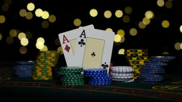 Combinazione di carte buona, una coppia di assi, gioco di poker su gamblimg tabella. Chiuda in su