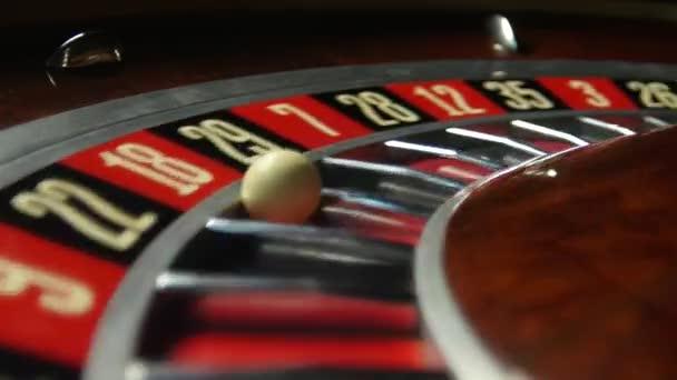 Kolo rulety v kasinu. Číslo 18 červená. Detailní záběr