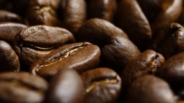 Rotace aromatických pražená kávová zrna. Zblízka. Rotační