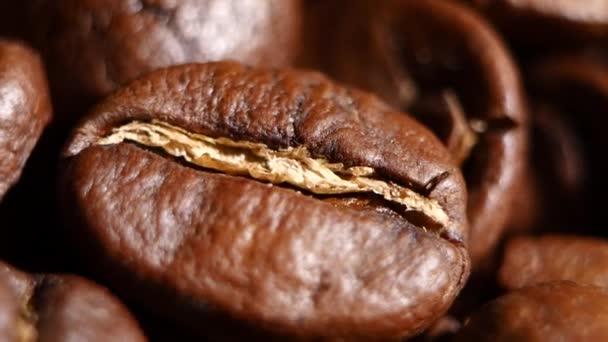Světlo pražená kávová zrna. Otáčení. Detailní záběr