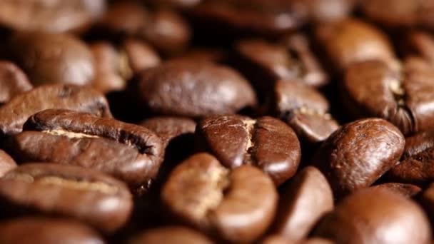 Hromada pražená kávová zrna otočení. Detailní záběr