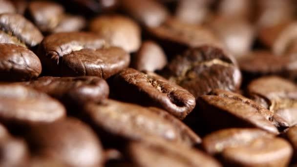 Kávová zrna. Otáčení. Detailní záběr