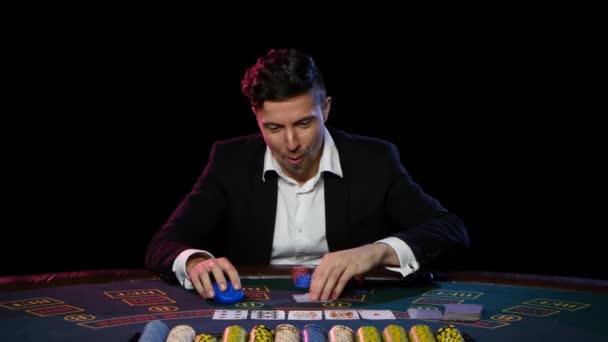 Vittorie di giocatore di poker online con due carte. Chiuda in su