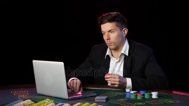 Happy online pokerový hráč vyhrát v kasinu. Detailní záběr