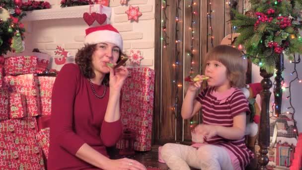 Glückliche Familie von drei feiern Neujahr, Haus, Holz Hintergrund