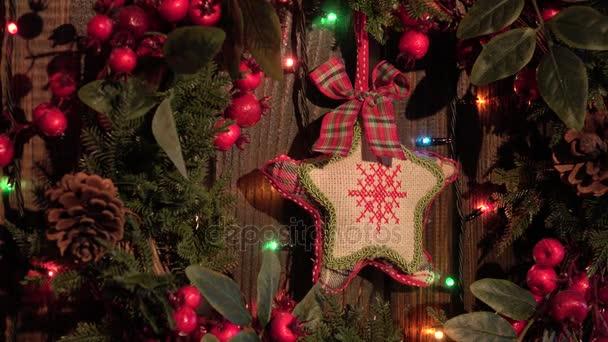 Vánoční věnec zdobený ručně vyráběné textilní hvězdičky a zvonečky věnec, dřevěné pozadí