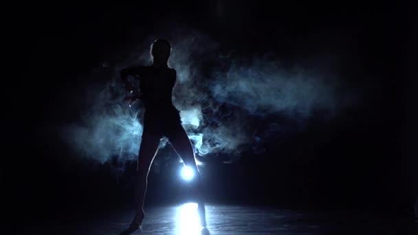 Lány táncol egy szép módon, füst, fények. Lassú mozgás