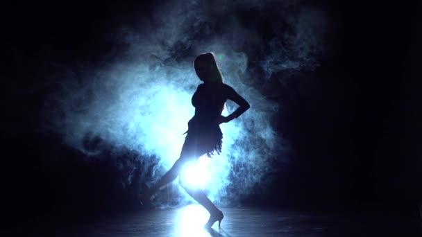 Frau tanzt Standardtanz im Studio, Silhouette. Zeitlupe