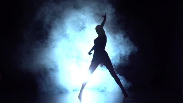 Latinské tance v studiu silueta. Zpomalený pohyb