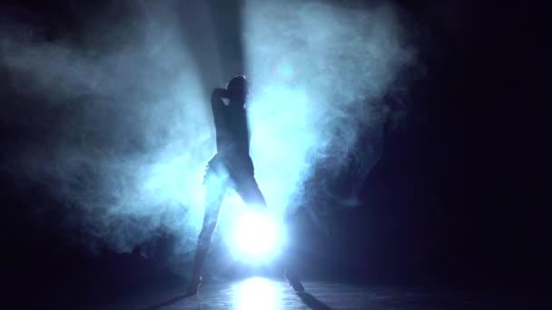 Žena taneční prvky sportu - taneční Studio, silueta. Zpomalený pohyb
