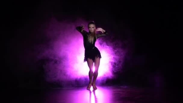 Dívka tančí prvky sportu - společenský tanec ve studiu. Zpomalený pohyb